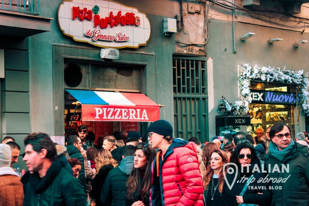 Eat the cuoppo in the middle of the streets of Naples