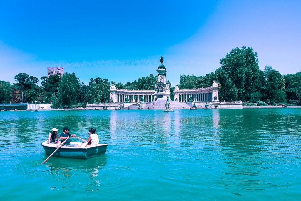 Enjoy a walking in the Parque del Retiro of Madrid