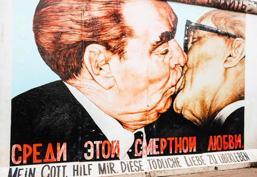 Socialist Fratenal Kiss - Art at the East Side Gallery